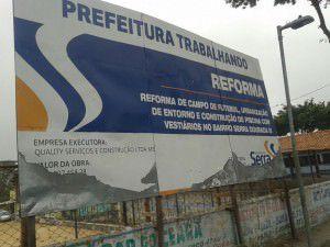 Uma placa instalada no local previa reforma do campo de futebol, urbanização do entorno e construção de piscina com vestiários no bairro Serra Dourada III. Foto: Divulgação Leitor TN