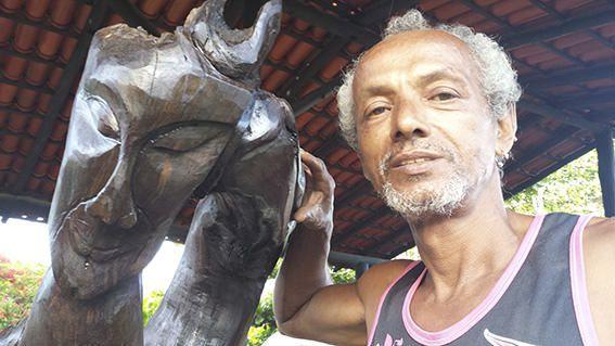 O artesão Toddynho que é morador de  Manguinhos estará participando do evento. Foto: Bruno Lyra