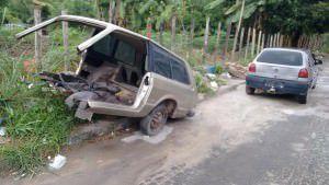 Carro abandonado deixa crianças em risco na Serra