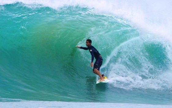 Rodrigo Cardoso pegando ondas pelo litoral do Espírito Santo. Foto: Divulgação
