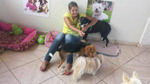 A veterinária Thatiana Marques oferece o serviço de hotelzinho no Pés e Patas em Laranjeiras. Foto: Divulgação