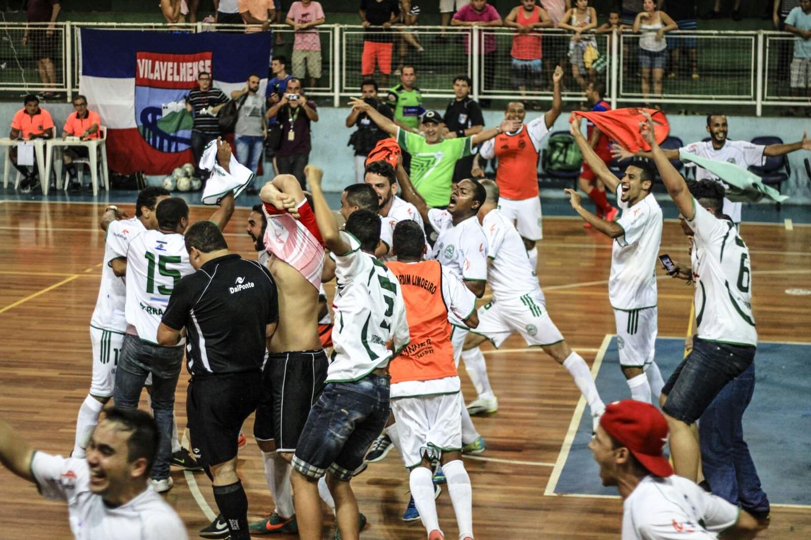 Os jogadores comemoram o título estadual de 2015. Foto: Arthur Saue
