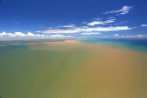 Dispersão da lama a partir da foz do rio Doce na direção sul, onde está o litoral da Serra. Foto: Divulgação / Governança pelo rio Doce