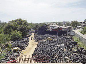 A Prefeitura da Serra deu prazo até o próximo dia 17 para a retirada dos pneus do local, já o responsável diz que não tem foco de mosquito. foto: Fábio Barcelos