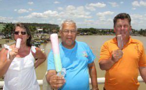 Joédio Gonçalves(de azul), dono da sorveteria Lambe Lambe recebe o casal de turista de Colatina Luzia e Geraldo. Foto: Fábio Barcelos