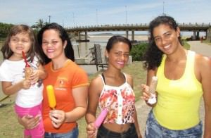A pequena Ester e as amigas Camila, Retielen e Andreia não perdem a oportunidade de se refrescar com o itu. Foto: Fábio Barcelos