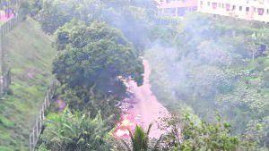 degradação: além do lixo os 'sujões' também botam fogo com frequência num local que por lei é Área de Preservação Permanente