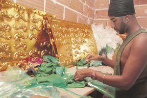 No barracão da Rosas as fantasias estão sendo confeccionadas a todo vapor. Foto: Edson Reis