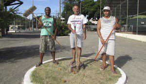Moradores pagaram para limpar a praça do bairro. Foto: Fábio Barcelos