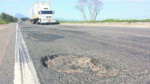 Perigo. Um dos buracos próximo ao Serviço de Atendimento ao Usuário da Eco-101 no trecho da Serra da rodovia do Contono