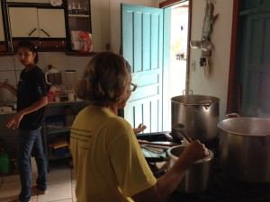 Ivone Massote preparando a sopa. Foto: Divulgação