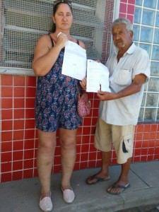 Irene Purqueira e José Flávio tentam há meses uma consulta no posto. Foto: Jana Tork