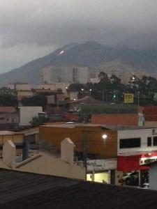 O incêndio começou no final da tarde da última quinta - feira (12). Foto: reprodução Facebook