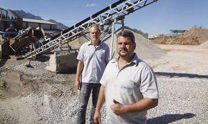 Reciclagem: o diretor George Regys (à direita) e o gerente José Enoque comandam produção diária de 800 toneladas. Foto: Bruno Lyra