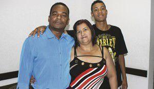 Jurani Eufrásio (ao centro) é mãe adotiva de Julio e avó de Ezequiel, e também tem duas filhas biológicas. Foto: Joatan Alves