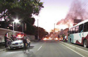 O trânsito está paralisado nos dois sentidos da rodovia ES 010. Foto: Fábio Barcelos