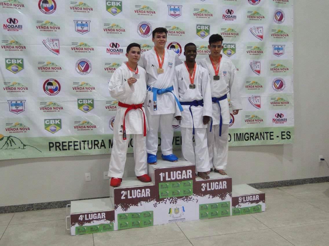 Bruno recebendo uma das medalhas de ouro. Foto: Divulgação