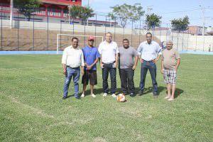 O campo é uma reivindicação antiga da comunidade. Na foto, membros da Associação de Moradores ao lado do vereador Miguel da Policlinica. Foto: Joatan Alves