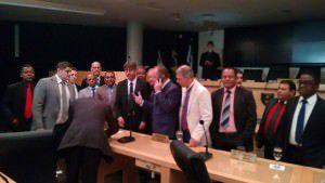 Vereadores da base de Audifax reunidos no plenário sem energia, tentando fazer uma nova Sessão sem Neidia e oposição. Foto: Yuri Scardini