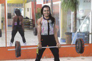 Marina Araújo, trabalha como segurança, e vem se destacando como atleta no levantamento terra e no supino no Espírito Santo. Foto: Edson Reis