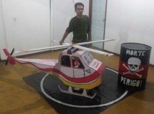 O artista plástico Renato Filho produziu os adereços do barco em Manguinhos. Foto: Clarice Poltronieri