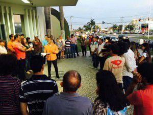 Assessores e admiradores do prefeito estão reunidos na portaria do Hospital Metropolitano, em oração. Foto: Divulgação