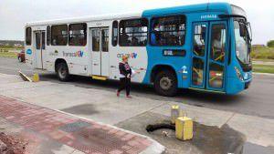 Os buracos estão abertos em frente a um ponto de ônibus que fica próximo ao condomínio Vila Geribá. Foto: Divulgação leitor