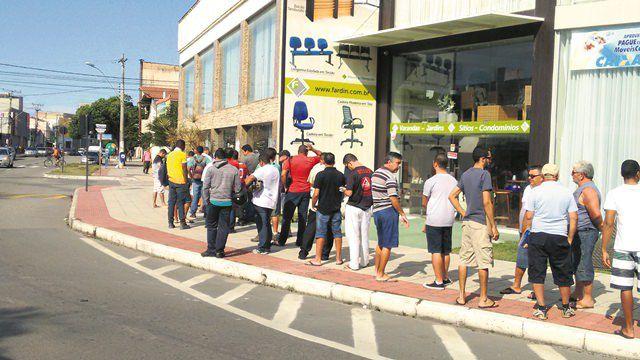 Usuários aguardavam no sol a abertura do Ciretran na manhã da última quarta (24). Foto: Joatan Alves