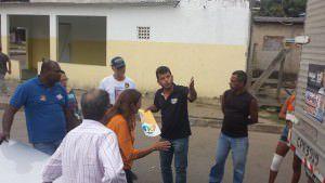 A vice da chapa de Audifax à reeleição, Márcia Lamas, conversa com Sandro de Jacaraípe, que acusa a equipe do prefeito de ter rasgado cartazes de Vidigal. Foto; Bruno Lyra