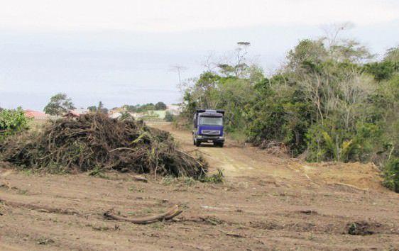 O governo do estado autorizou a ação que deixou o solo exposto entre dois bairros. Foto: Bruno Lyra