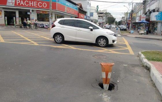 O problema, que já está sendo resolvido, era bem em frente a antiga rotatório do bairro. Foto:  Divulgação leitor