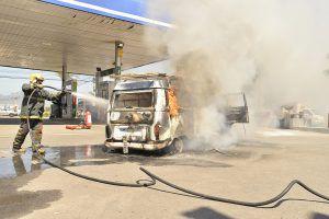Kombi pega fogo em posto de gasolina na Serra