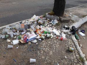 Lixo e mau cheiro são queixas de morador do bairro Santa Fé