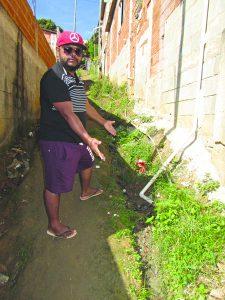 Comunidade sofre com esgoto e rua precária