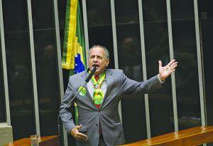 Manato diz que Bolsonaro aprova posse de arma no 1º semestre de 2019