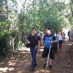 Dezesseis deficientes visuais sobem trilha do Mestre Álvaro