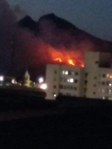 Incêndio atinge vegetação em Pitanga  e fumaça se espalha pela Grande Vitória