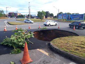 Chuva forte abre enorme buraco em avenida de Colina de Laranjeiras