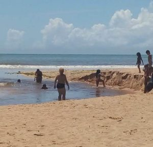 Grupo vai parar no hospital após banho em córrego de praia da Serra