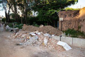 Prefeitura limpa e terreno volta a ser 'lixão' em apenas três dias