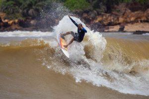 Ciclone no mar dá onda e 'faz a cabeça' dos surfistas