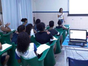 Professora cria projeto em escola para inclusão de jovens surdos