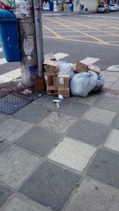 Lixo depositado fora de hora na Avenida Central incomoda moradores