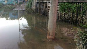 Óleo da Vale cai em lagoa e inunda casas durante enchente na Serra