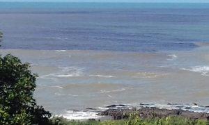 Mancha escura aparece no mar  em Carapebus e assusta moradores