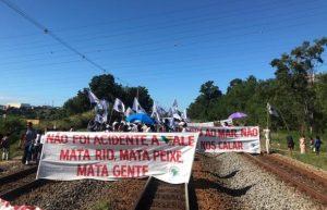 Atingidos por barragem da Samarco param ferrovia da Vale na Serra