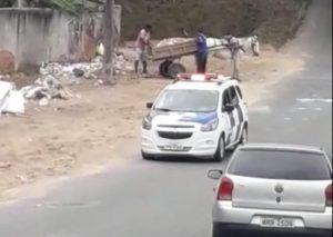 Nem polícia inibe carroceiro de descartar entulho na Serra