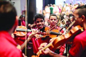 Projeto social ajuda jovem de Feu Rosa a brilhar em orquestras de São Paulo