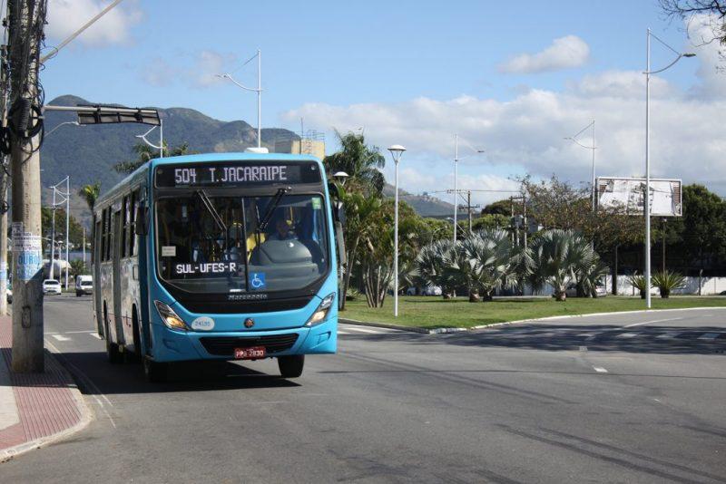 Vereador quer que pessoas obesas e mulheres grávidas entrem pela porta traseira dos ônibus