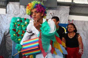 Alunos da Apae encenam peças teatrais em shopping de Laranjeiras